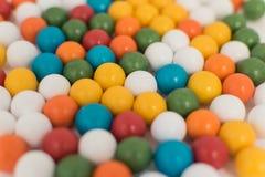 Шлюпка с красочными шариками разбросала на белую предпосылку Стоковая Фотография