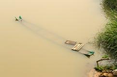 шлюпка сломанная в воде Стоковые Фото