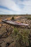 Шлюпка с треснутой землей стоковое фото
