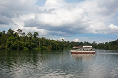 Шлюпка с туристами на озере в Сингапуре Стоковые Изображения