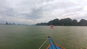Шлюпка с флагом Таиланда на носе плавает на океан видеоматериал