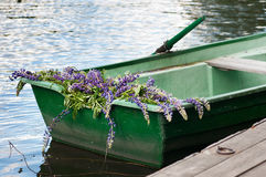 Шлюпка с lupine украшения цветков, внешним Лето, Россия Стоковые Фото