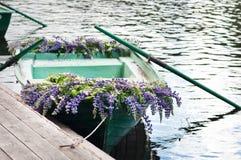 Шлюпка с lupine украшения цветков, внешним Лето, Россия Стоковые Изображения RF