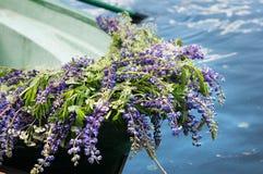 Шлюпка с lupine украшения цветков, внешним Лето, Россия Стоковые Фотографии RF