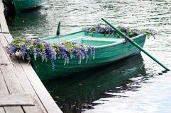 Шлюпка с lupine украшения цветков, внешним Лето, Россия Стоковое фото RF