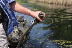 Шлюпка управления рулем человека в заболоченном рукаве реки Стоковые Изображения RF
