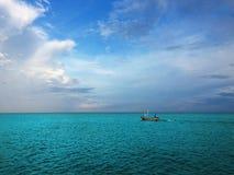 шлюпка удя старое море Стоковые Фото