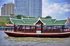 Шлюпка челнока Бангкока полуострова курсирует на Реке Chao Praya Стоковое Фото