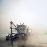 Шлюпка Dredge в тумане Стоковое Изображение