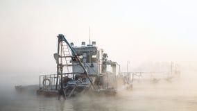 Шлюпка Dredge в тумане Стоковое Фото