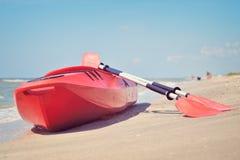 Шлюпка Kayac на пляже Стоковое Фото