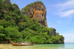 Шлюпка Longtail на пляже Railay - Krabi - Таиланде Стоковые Изображения