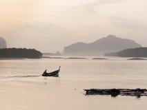 Шлюпка Longtail на Samchong-tai, Phang, Таиланде Стоковое Изображение RF