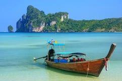 Шлюпка Longtail поставленная на якорь на пляже Ao Loh Dalum на Phi Дон Isla Phi Стоковая Фотография RF