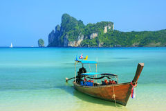 Шлюпка Longtail поставленная на якорь на пляже Ao Loh Dalum на Phi Дон Isla Phi Стоковые Фото