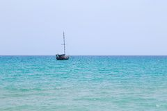 Шлюпка Sailing в море стоковое фото rf