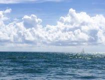 Шлюпка Sailing в море Стоковое Изображение