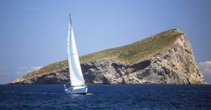 Шлюпка Sailing в море sailing regatta голубого цвета темный losed плавает победитель спортов неба Стоковая Фотография RF