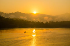 Шлюпка Sailing на заходе солнца Стоковая Фотография RF
