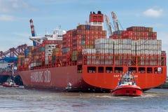 Шлюпка Ug вытягивает большой контейнеровоз Стоковое Изображение RF