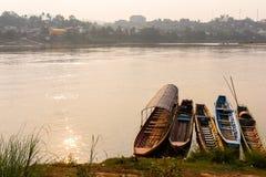 Шлюпки Азии паркуют на стренге огромного реки Стоковое Изображение RF