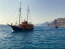 Шлюпки взгляда Santorini Стоковое фото RF
