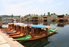 Шлюпки в городе Сринагара (Индия) стоковые фото