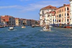Шлюпки в грандиозном канале в летнем дне в Венеции, Италии Стоковая Фотография RF