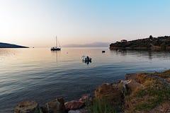 Шлюпки в заливе на зоре, Греция Стоковая Фотография