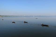 Шлюпки в озере около Amarapura, Мьянме Taungthaman Стоковые Фото