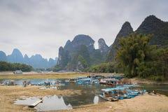 Шлюпки в порте на реке Li в Yangshuo, Guilin, Китае стоковые изображения