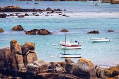 Шлюпки в порте на розовом граните плавают вдоль побережья (Коут de гранит ros стоковые фотографии rf