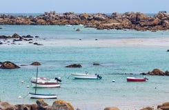 Шлюпки в порте на розовом граните плавают вдоль побережья (Коут de гранит ros стоковое фото