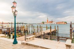 Шлюпки гондолы и церковь Сан Giorgio, Венеция Стоковое Фото