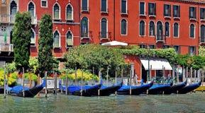 Шлюпки гондолы на канале Венеции Стоковые Изображения RF