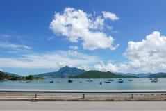 Шлюпки, гора, озеро, голубое небо и белые облака Стоковая Фотография RF