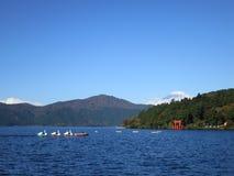 Шлюпки затвора лебедя с Mt Фудзи Стоковая Фотография