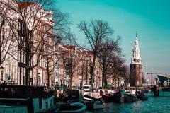 Шлюпки, здания и река в Амстердаме, Нидерландах стоковые фотографии rf
