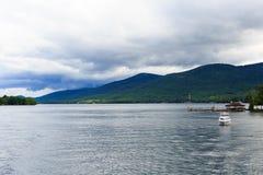 Шлюпки и визирования на озере Джордж на частично пасмурный день Стоковые Фотографии RF