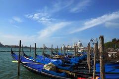 Шлюпки и гондолы на грандиозном канале Венеции, Италии. Стоковое Изображение RF