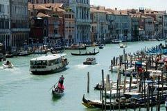 Шлюпки и гондолы на грандиозном канале, Венеции, Италии Стоковые Фото