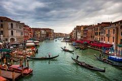 Шлюпки и гондолы с туристами на грандиозном канале, Венеции Стоковое Изображение