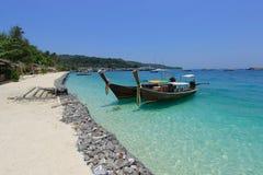 Шлюпки и море в Таиланде Стоковые Изображения