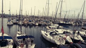 Шлюпки и яхты на воде в Барселоне октябре Стоковые Изображения RF