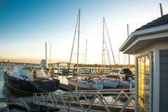 Шлюпки и яхты состыкованные в Марине Стоковое Фото