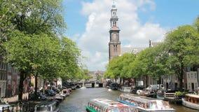 Шлюпки канала на Westerkerk, Амстердаме акции видеоматериалы