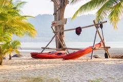 Шлюпки каяка на тропическом пляже Стоковые Фото