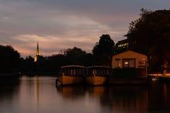 Шлюпки круиза реки на ноче на реке Эвоне стоковое фото rf