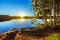 2 шлюпки на береге озера стоковое фото rf