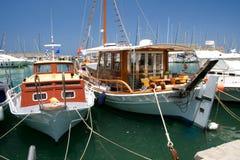 Шлюпки на гавани, Крите, Греции Стоковые Изображения